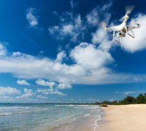 Droneflyvning ved strand